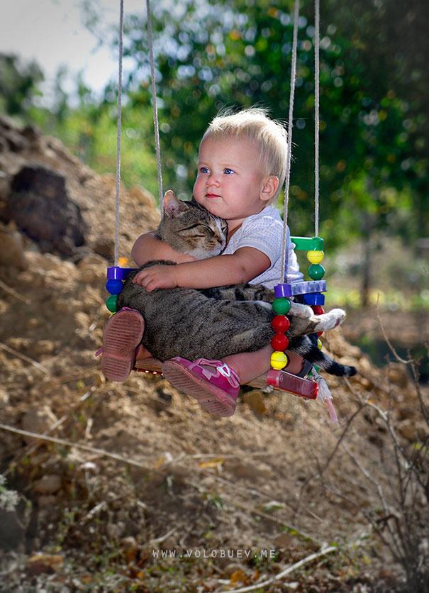il-gatto-con-il-bambino-altalena