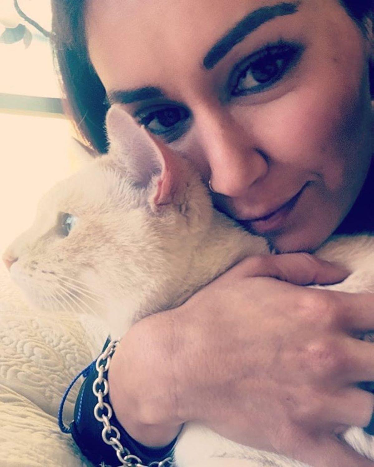 gatto-con-ragazza-in-primo-piano