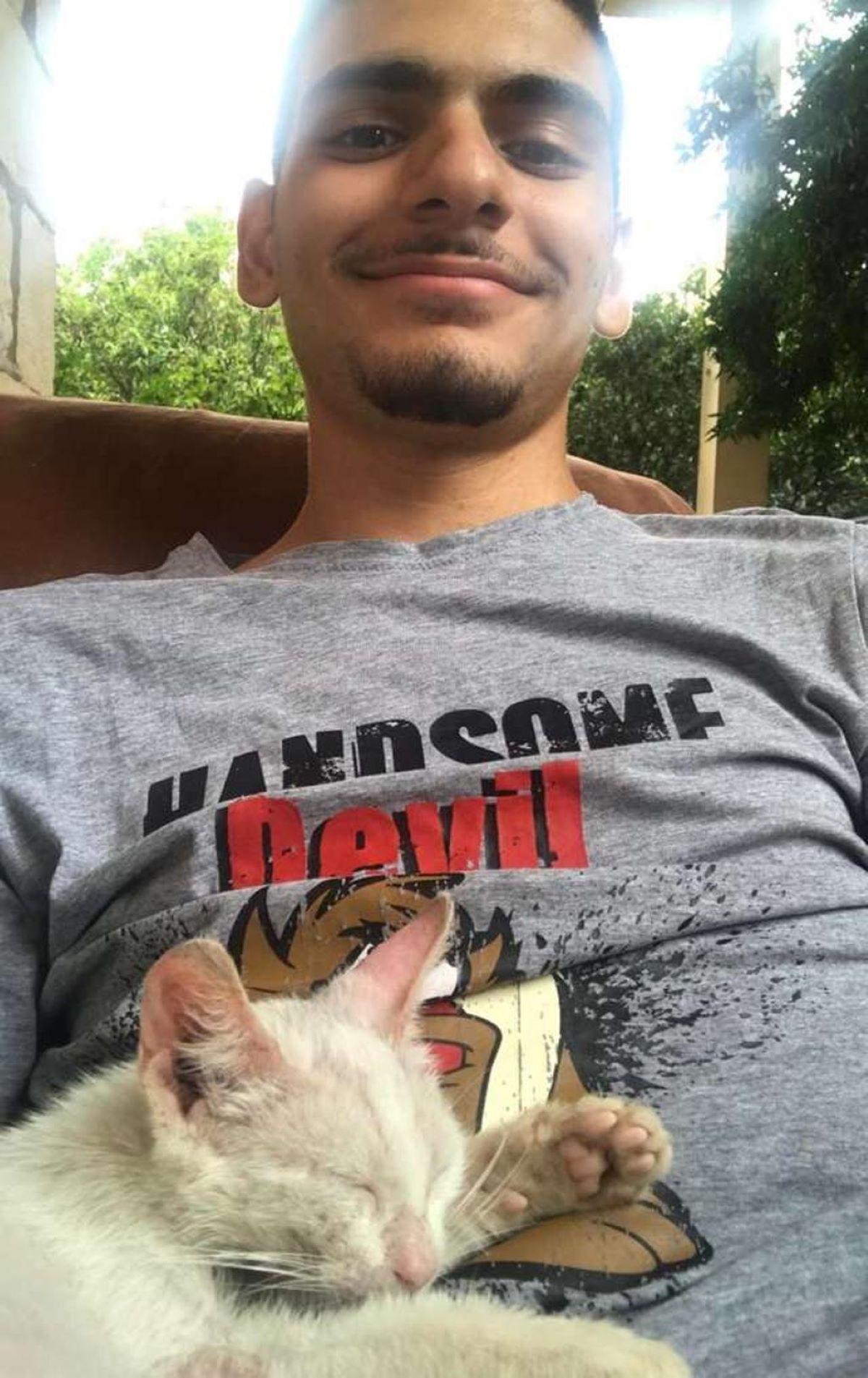 gatto-che-dorme-in-braccio