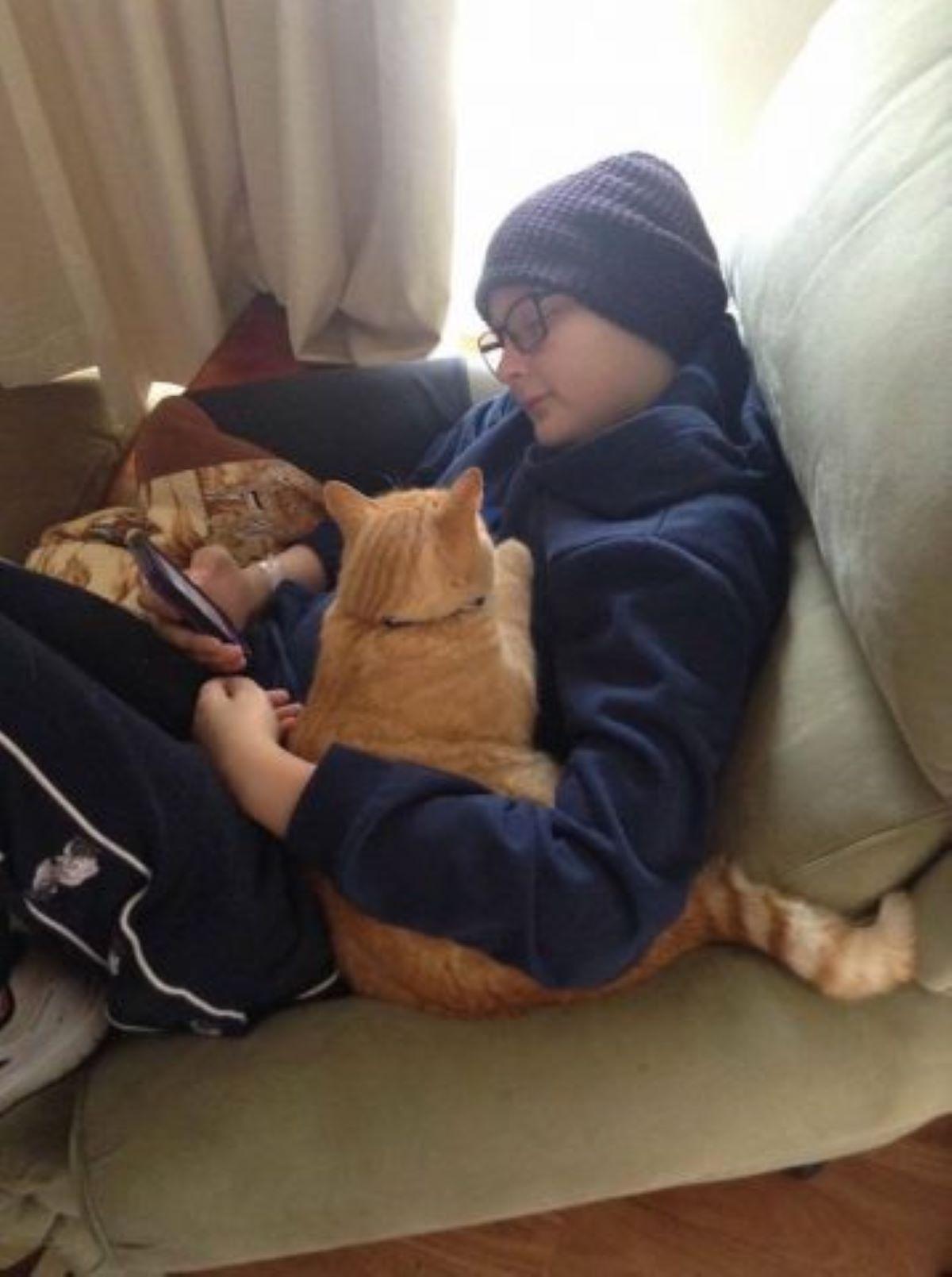 gatto-insieme-ad-un-bambino-malato