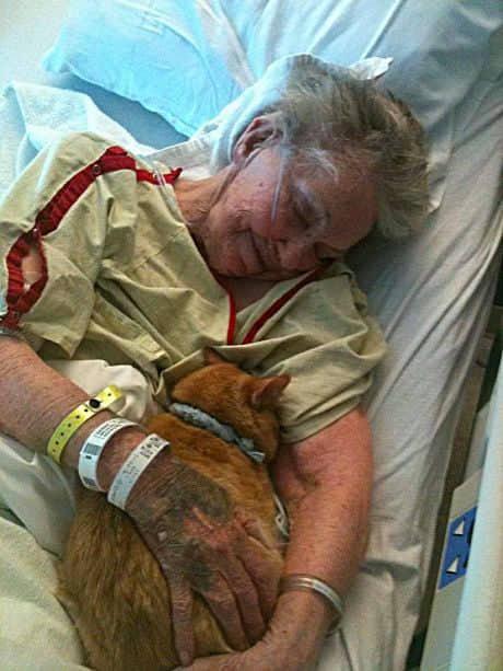 oliver tra le braccia dell'anziana donna