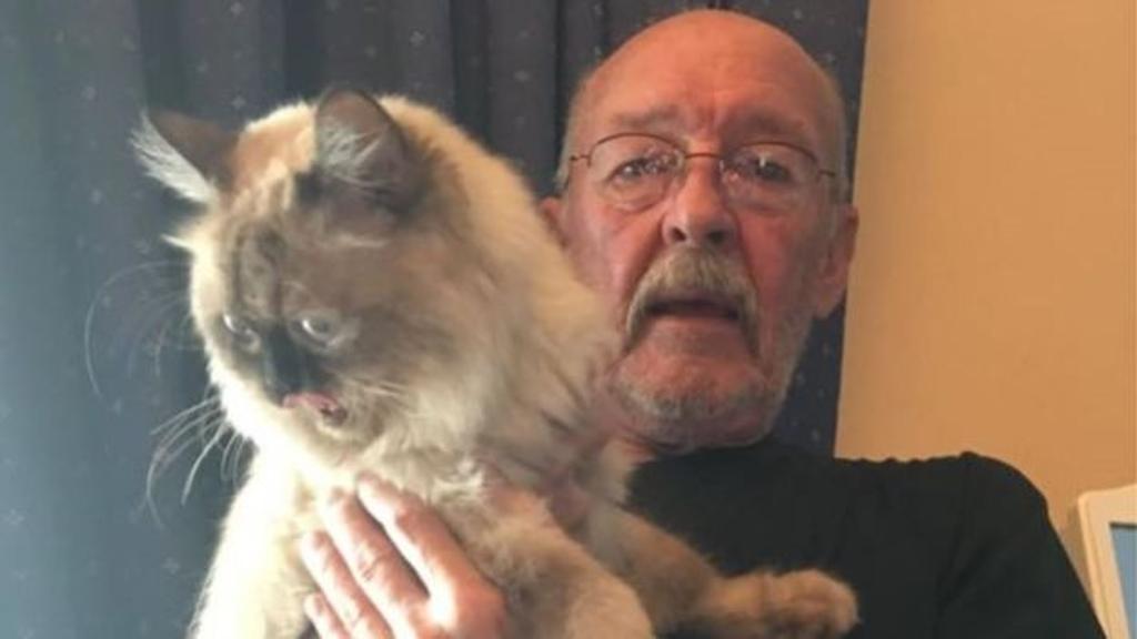 uomo con gatto