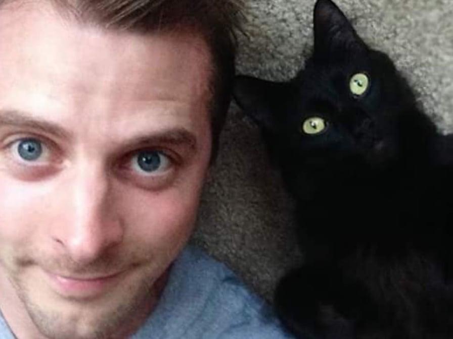 uomo-con-gatto-nero