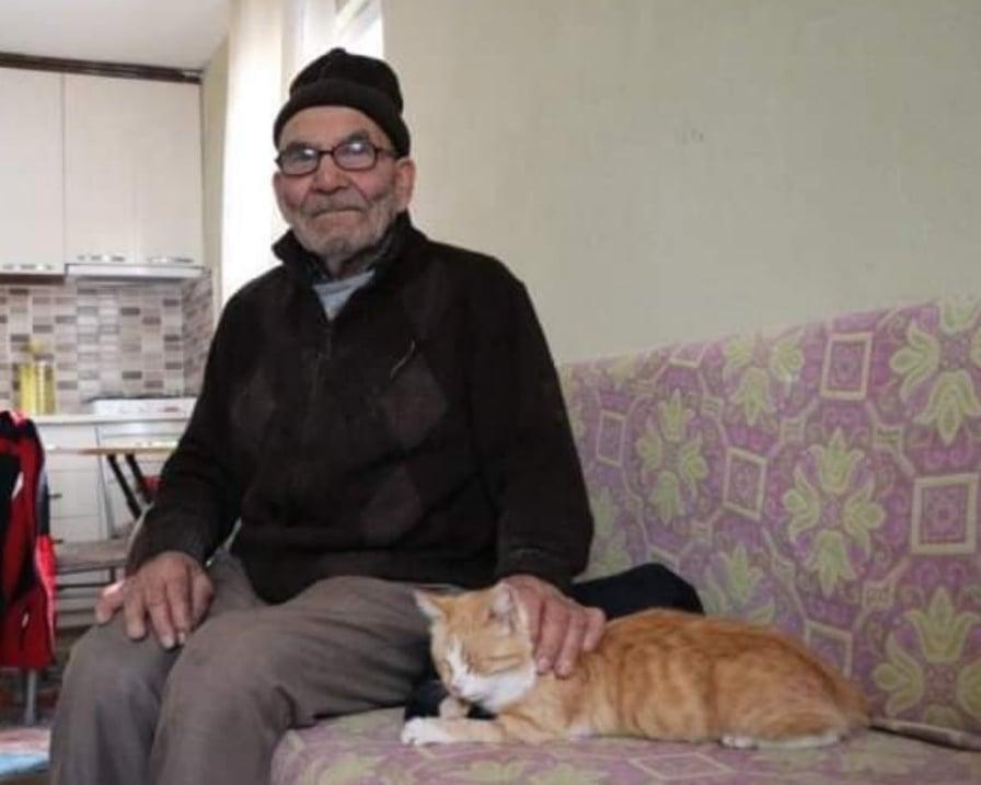 anziano e gatto a casa