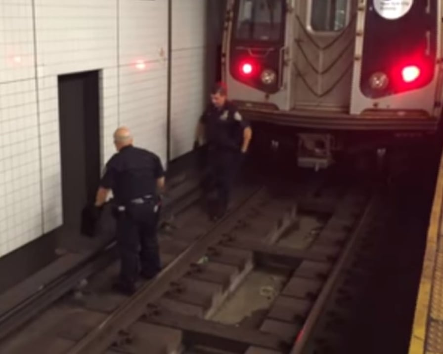 dua agenti sulla metropolitana