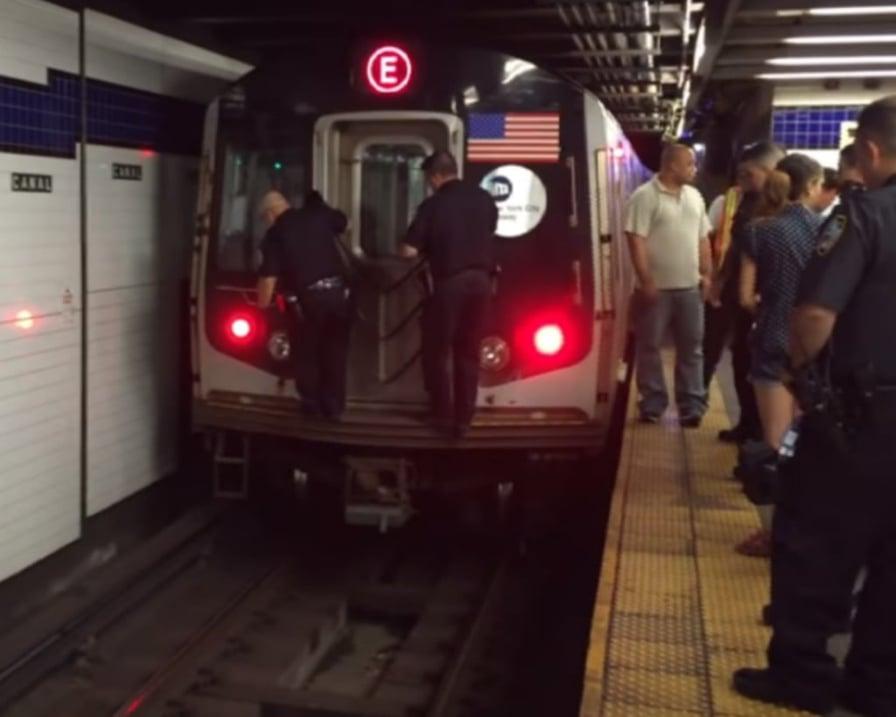 agenti fermano metro