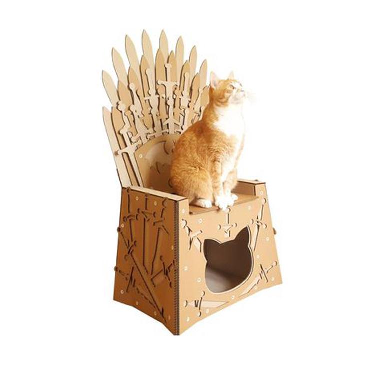 Gatto seduto su una scatola casa de Il trono di spade