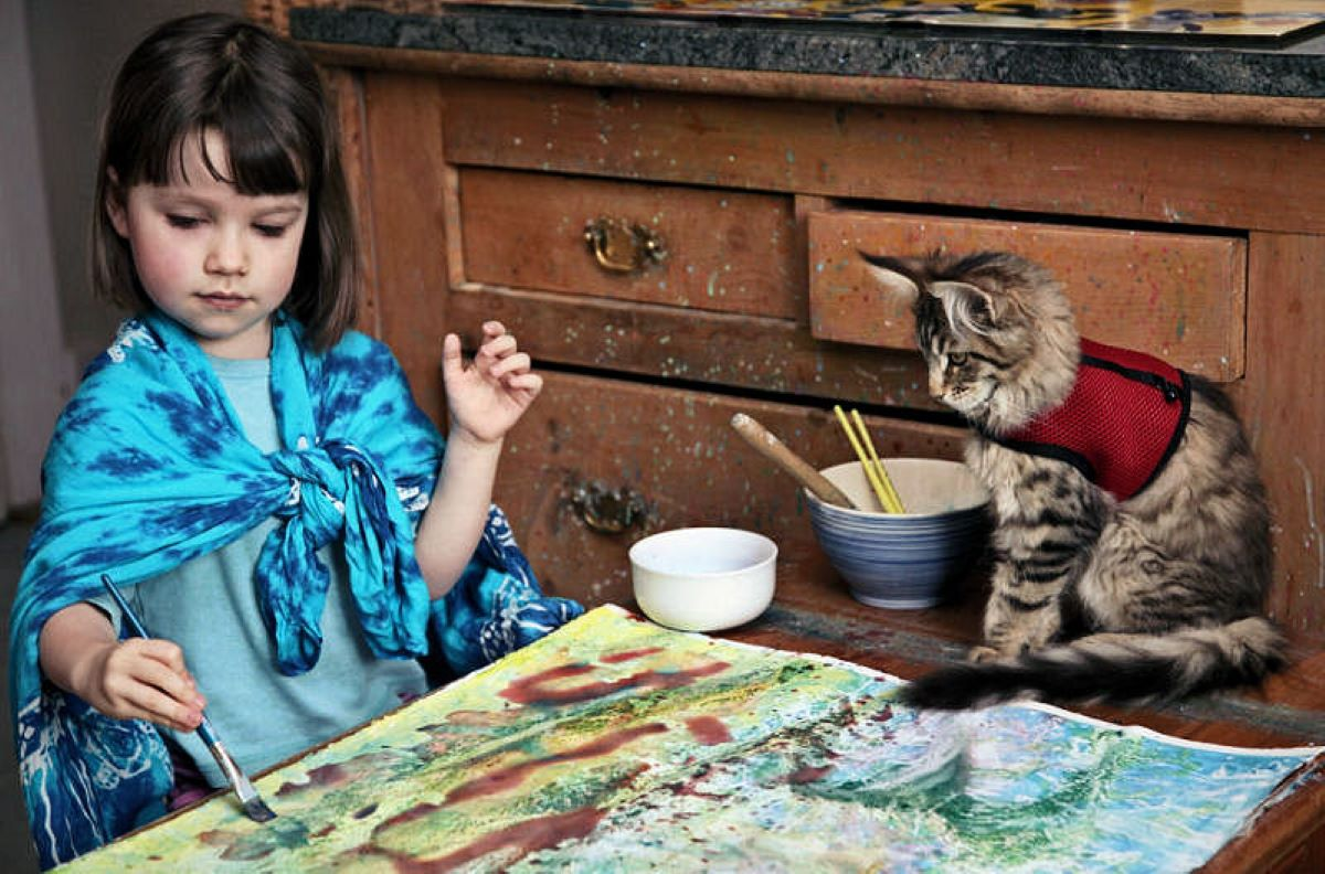 bambina-che dipinge-con-la-gatta-vicina