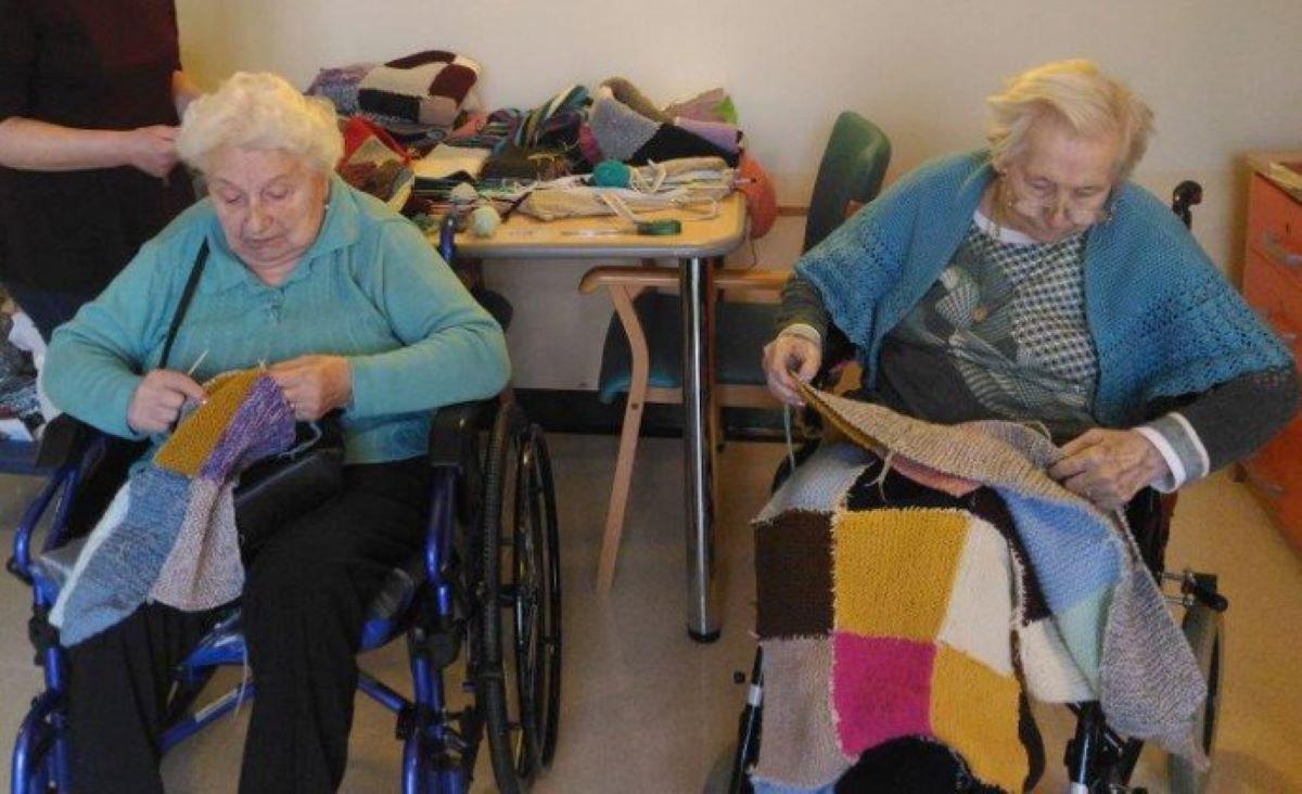 donne-anziane-che-cuciono