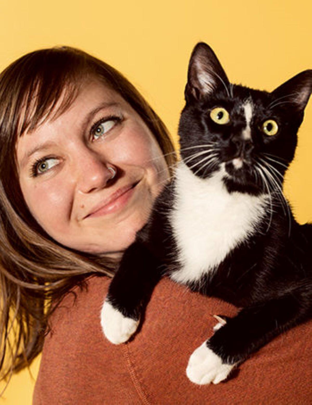 donna-con-gatto-bianco-e-nero