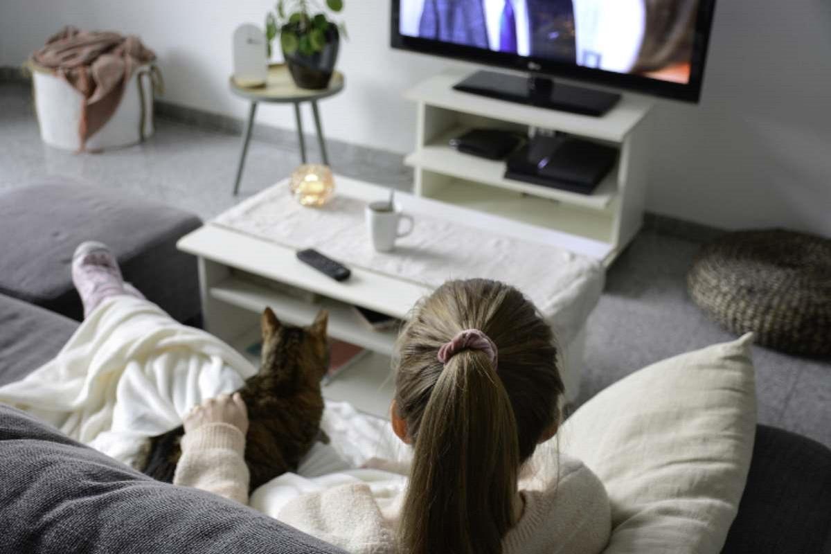 gatto e ragazza guardano la tv