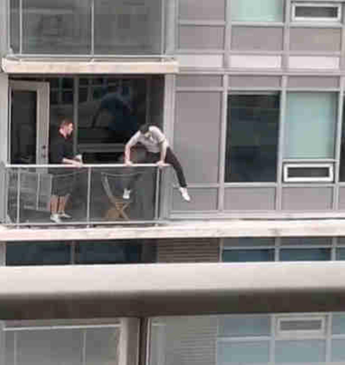 uomo-che-scavalca-balcone