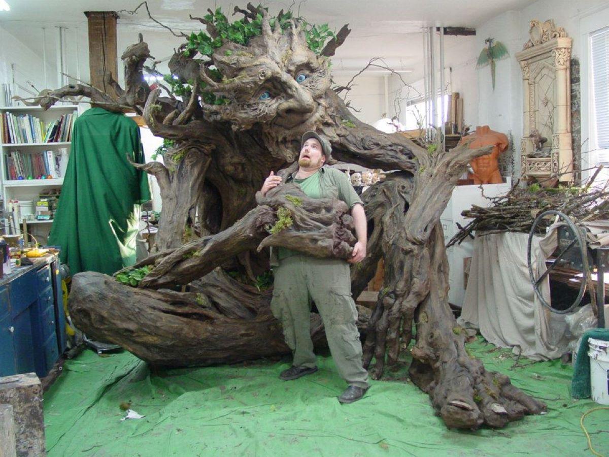 uomo-con-albero-finto