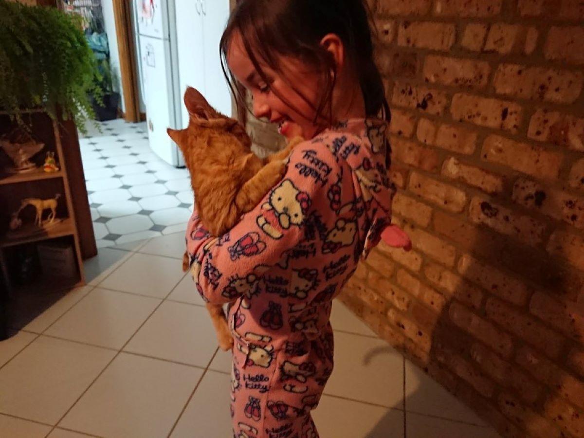 gattino-in-braccio-a-bambina