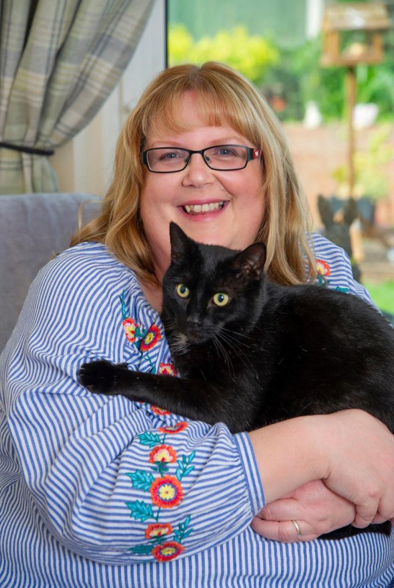 Gatto nero in braccio ad una donna