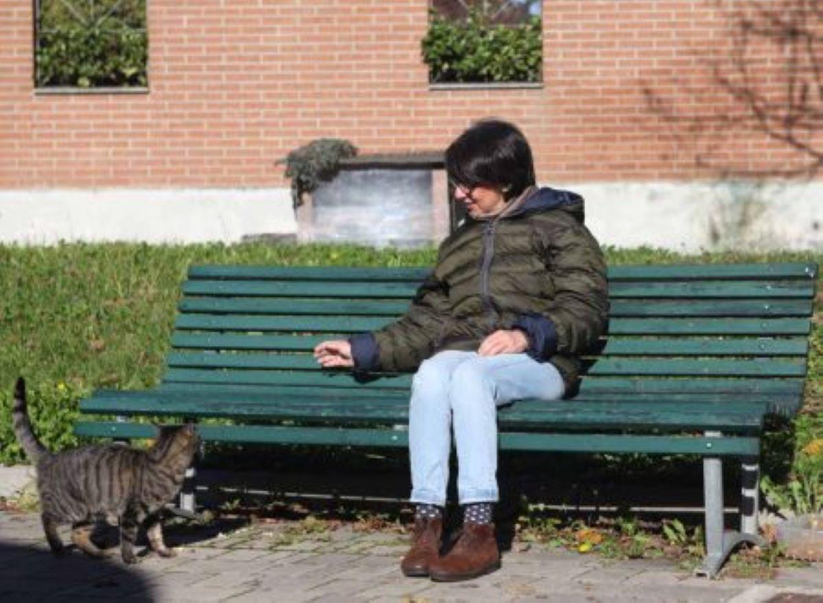 donna-seduta-con-gatto