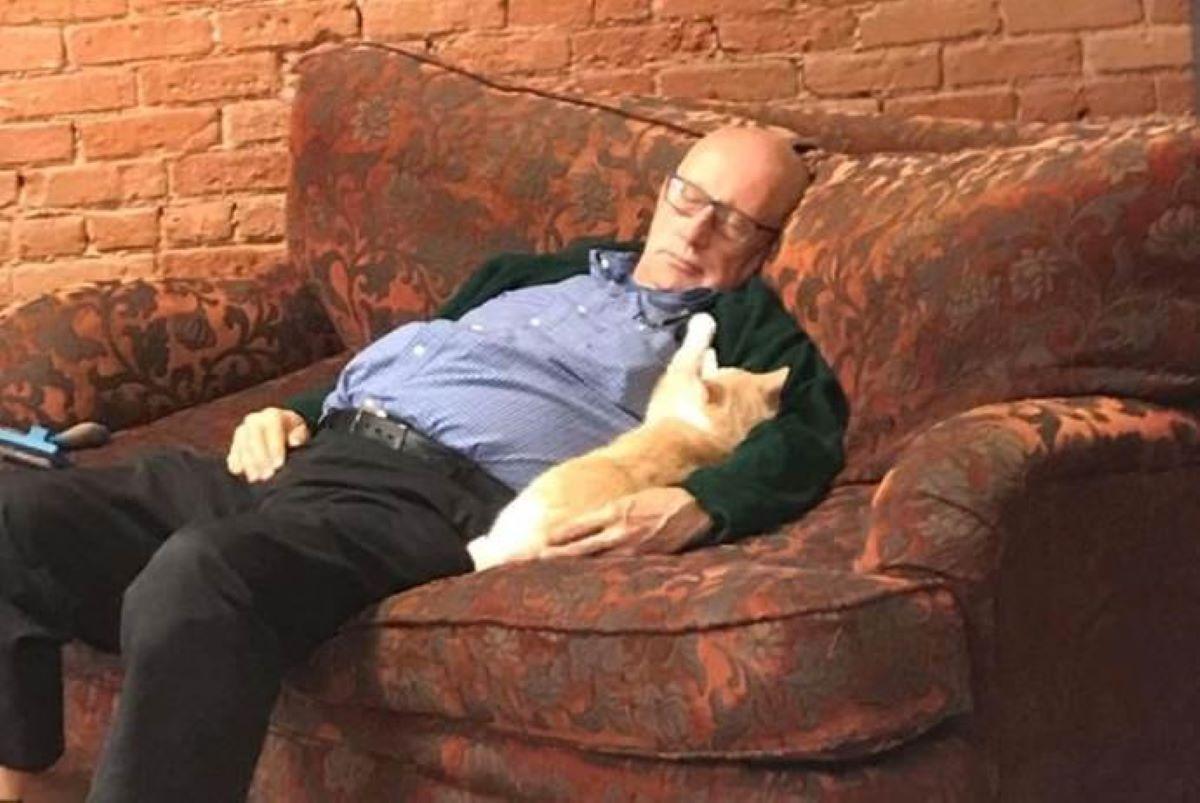 gatto-avvinghiato-a-persona-che-dorme