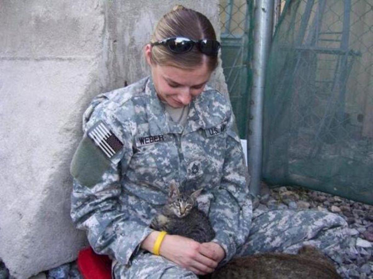 gattino-in-braccio-a-soldatessa