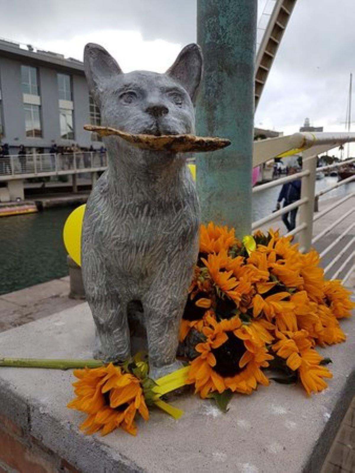 statua-di-gatto-con-pesce-in-bocca