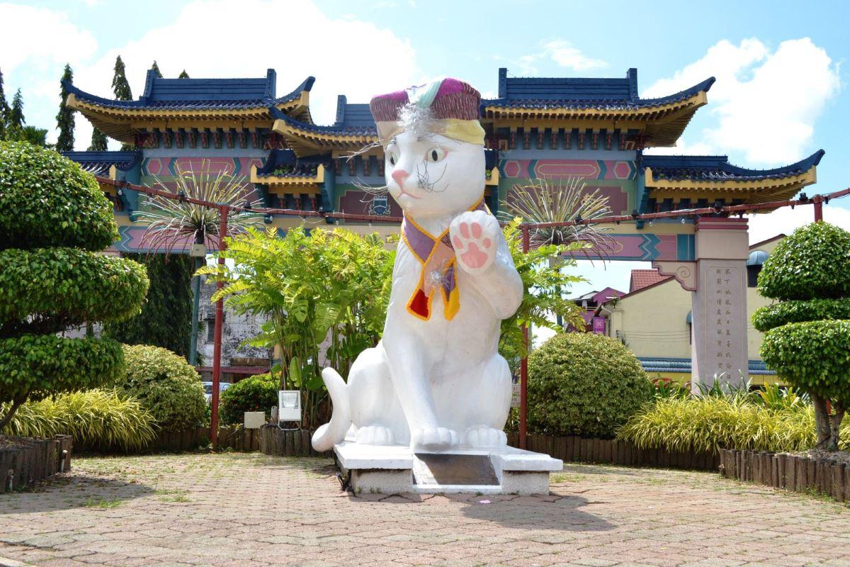 statua-gigantesca-di-gatto