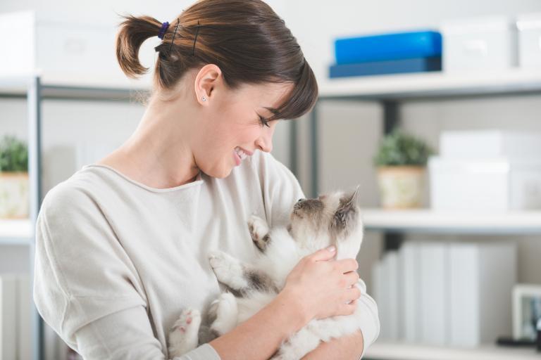 Gatto in braccio ad una donna