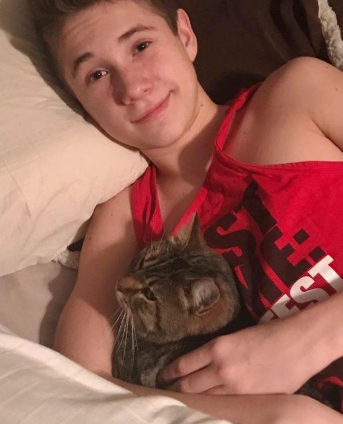 gatto-sul-letto-con-ragazzo