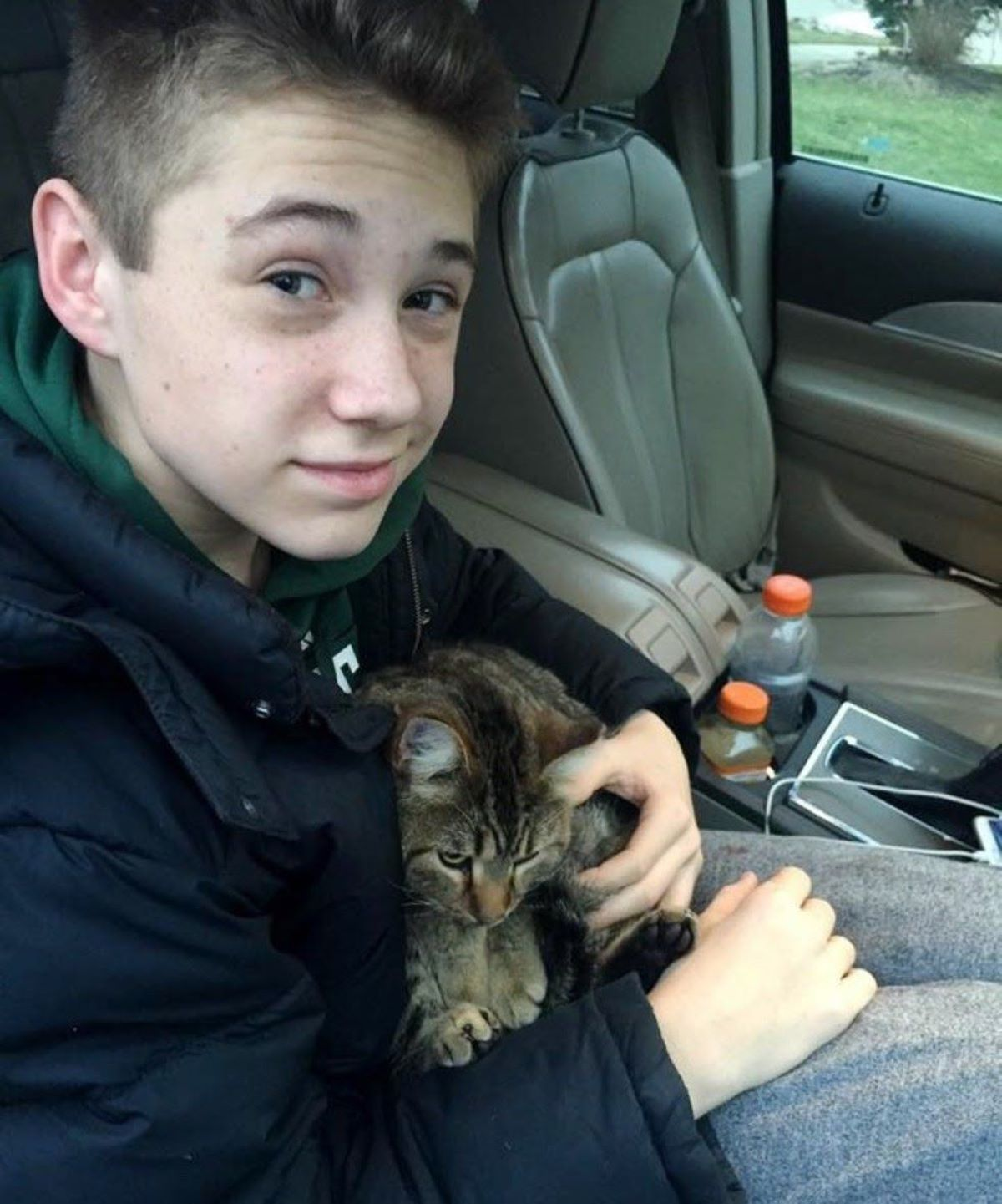 gatto-in-braccio-a-ragazzo