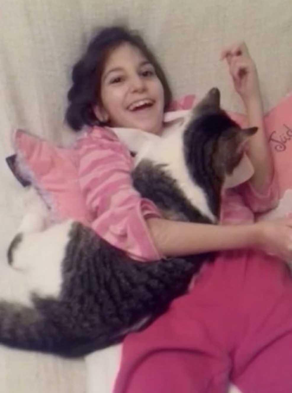 Gatto Lou con una ragazza