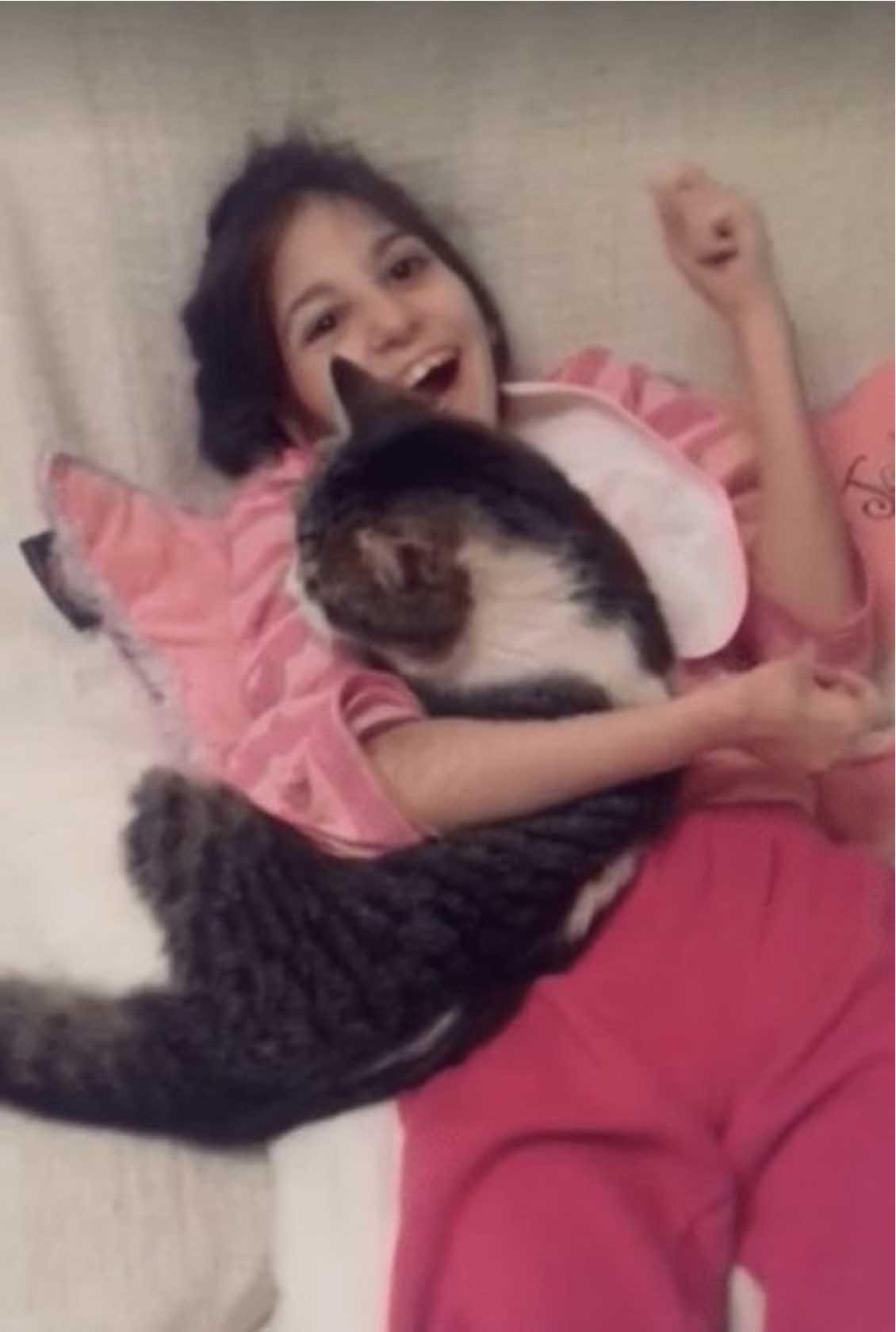 Gatto insieme ad una ragazza