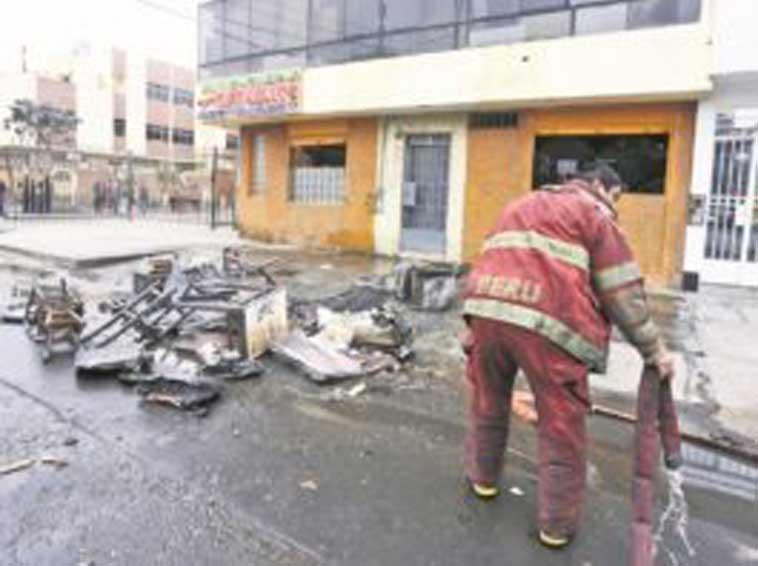 Pompiere che spegne un incendio