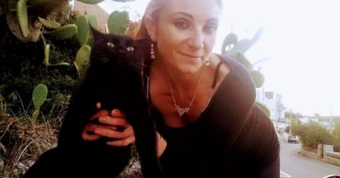 tatiana con uno dei suoi gatti