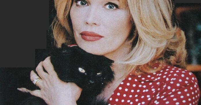 Amanda Lear con il gatto