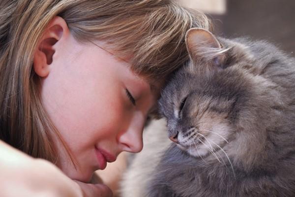 bambina con il suo gatto