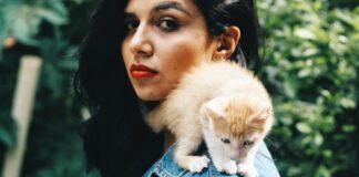 Perché i gatti mordono i capelli