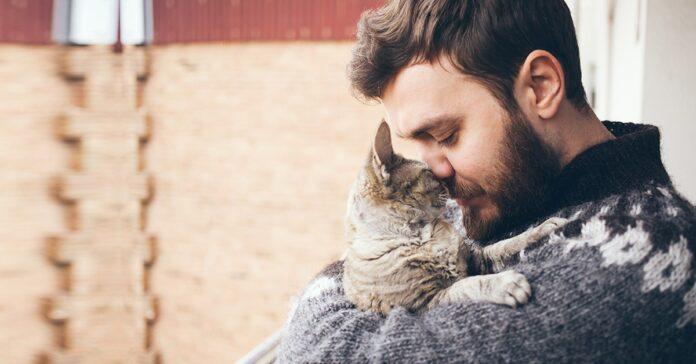 ragazzo che abbraccia il suo gatto