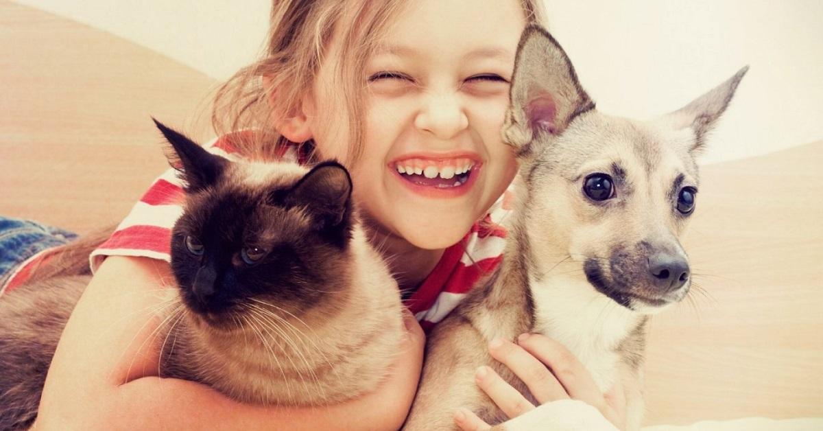 bambina con cane e gatto