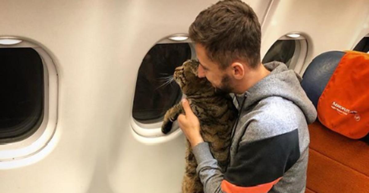 Viktor in aereo con il padrone