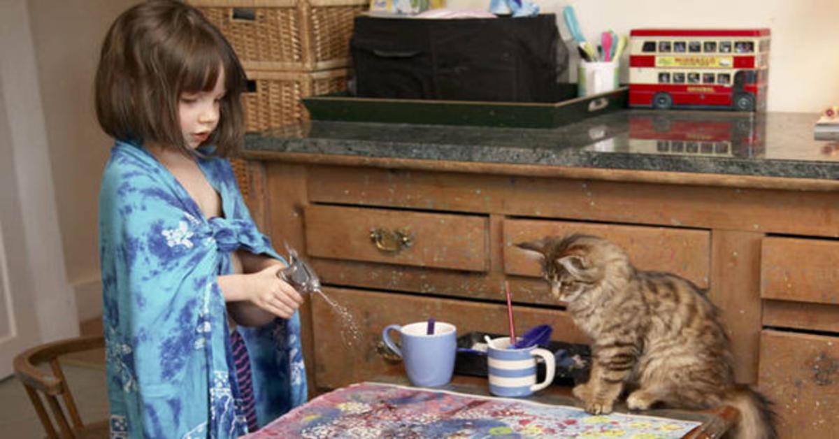 Thula e Iris in cucina con tazze da the