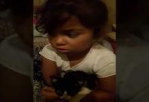 bimba con gattino in braccio