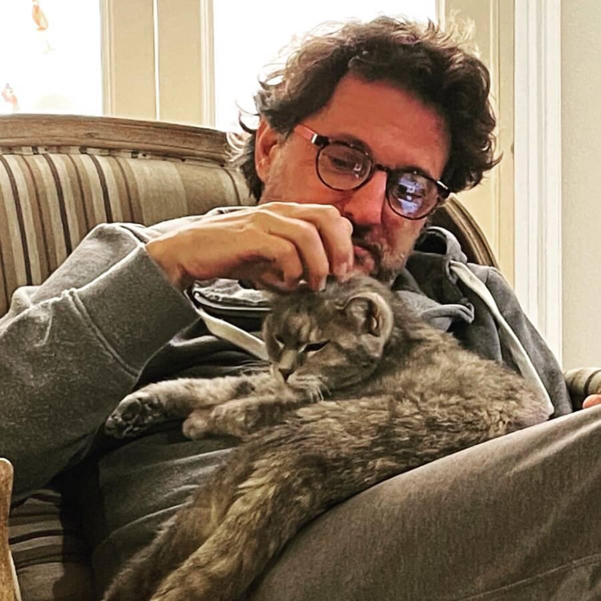 Leonardo Pieraccioni con la gatta Miu