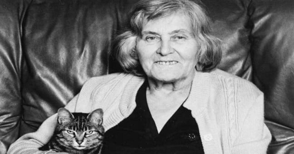 Margherita Hack foto bianco e nero con gatto