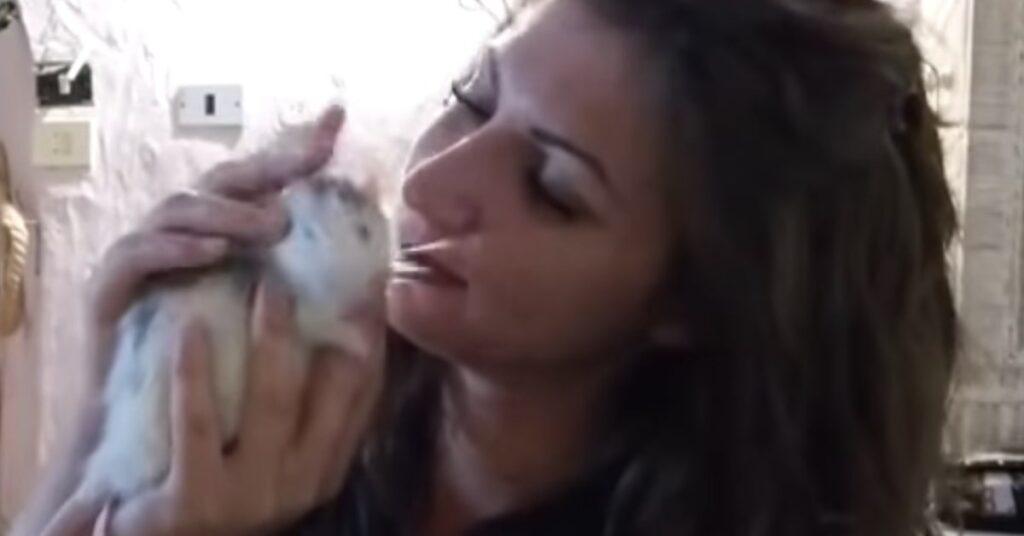 Vanessa accarezza il topo
