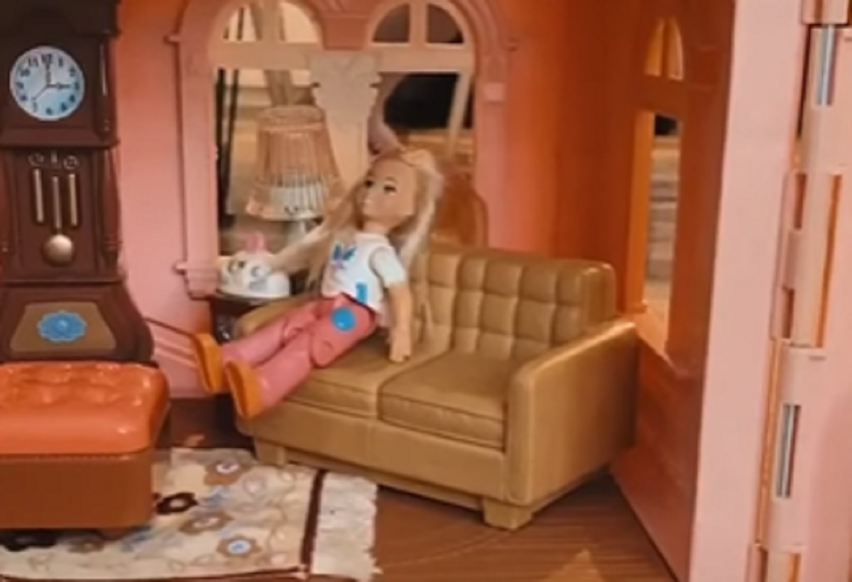 bambola casetta divano