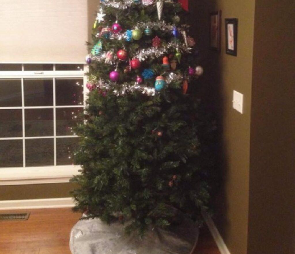 albero di natale decorazioni a metà