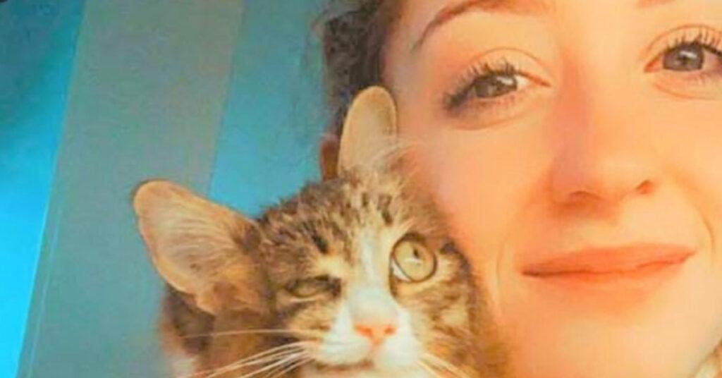 Gattino sfigurato con la proprietaria