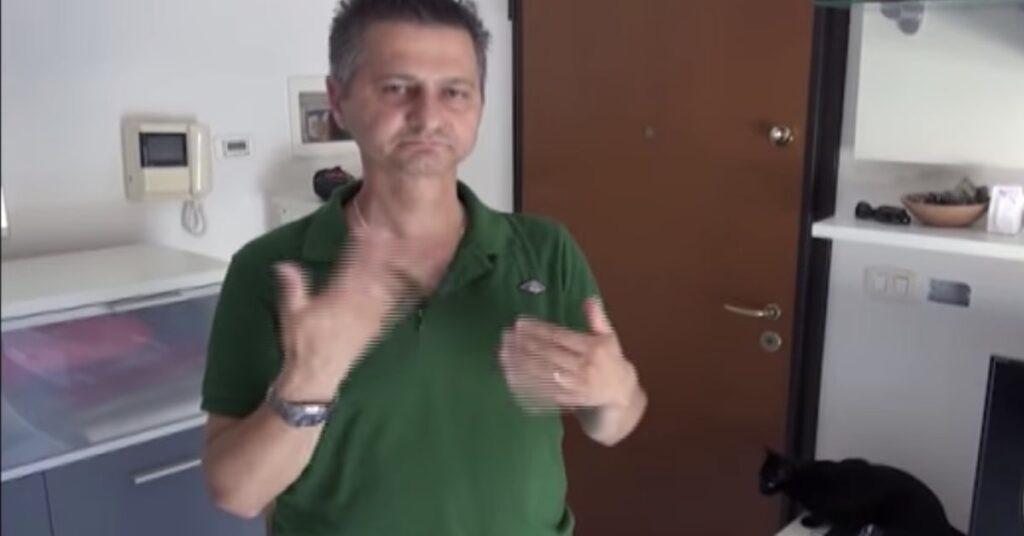 Simone, uomo sordo rimasto fuori casa