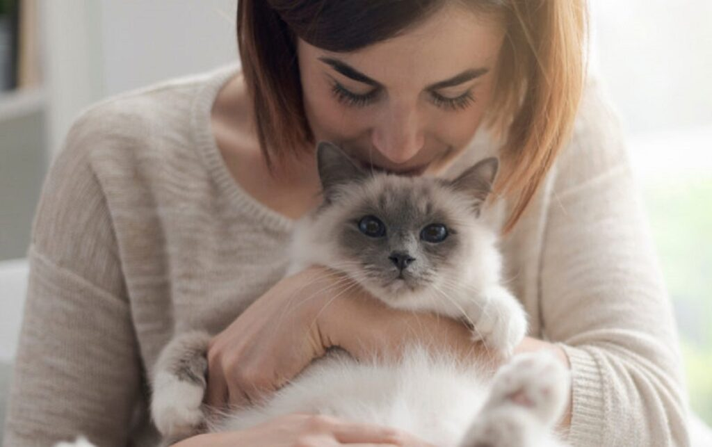 donna bacia gatto