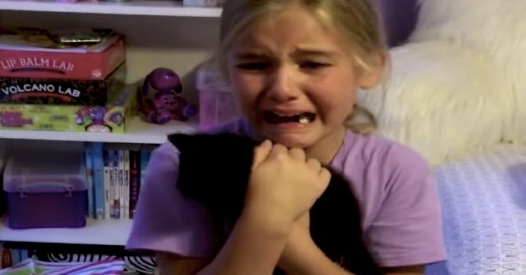bambina abbraccia il suo gattino