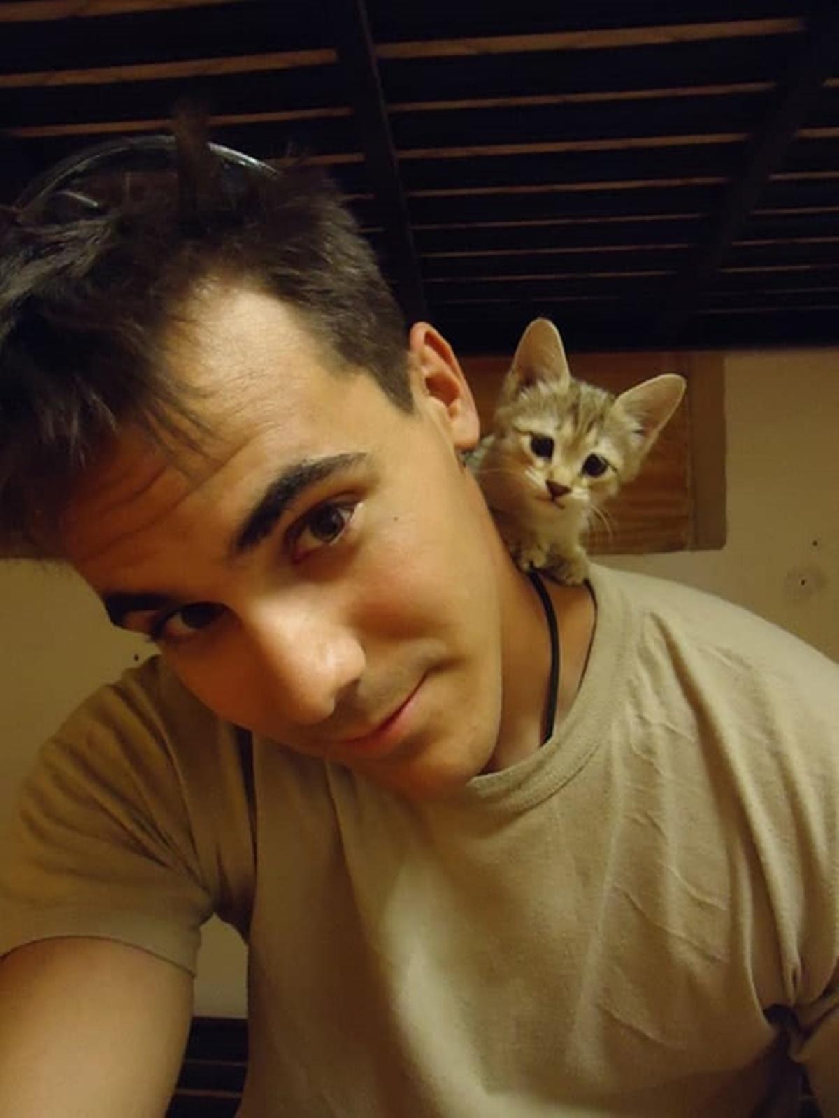 soldato e gatto in stanza