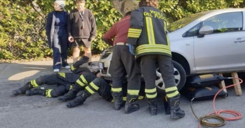 pompieri sollevano auto per salvare un gatto